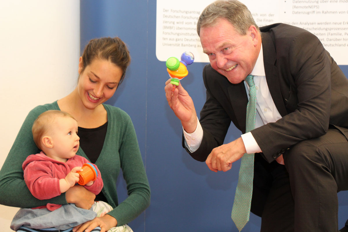 Science Minister Heubisch gets a first-hand impression of the NEPS newborn surveys.