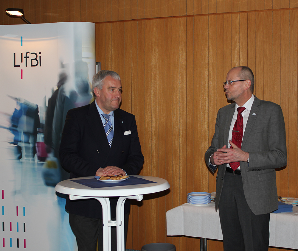 Dr. Ludwig Spaenle, Bavarian State Minister for Education and Cultural Affairs, Science and the Arts in conversation with Prof. Dr. Hans-Günther Roßbach, Director of LIfBi.