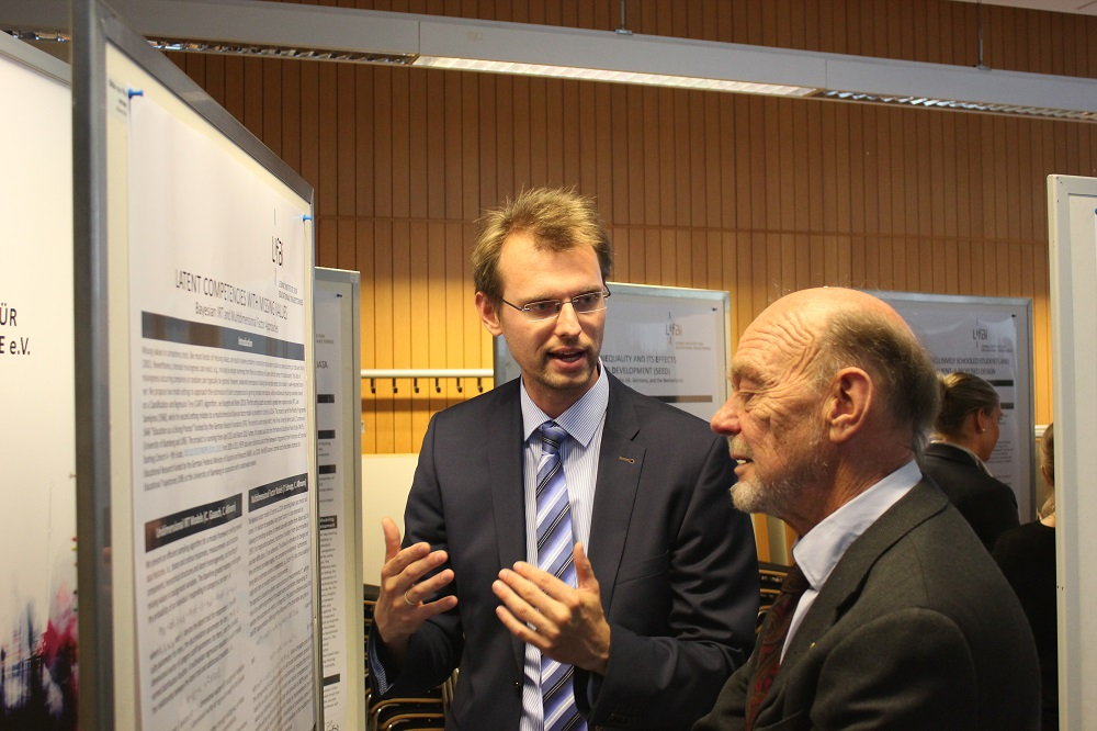 Professor Robert Erikson (University of Stockholm, right) during the poster presentation with Dr. Christian Aßmann (LIfBi).