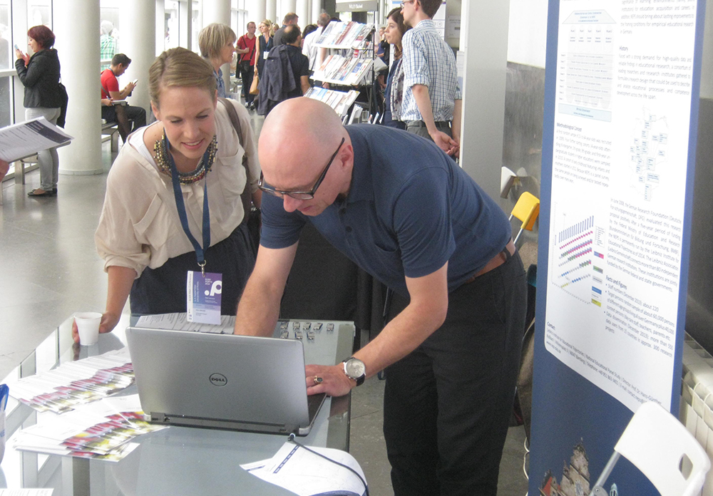 Dr. Götz Lechner of the LIfBi team explains the use potential of NEPS data to one of the conference participants.