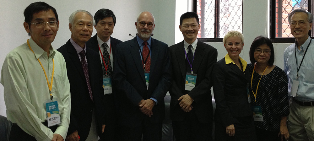 Foto (v.l.n.r.): Chih-Chien Yang (Chair, Discipline of Education, H&SS Division, National Science Council), Samuel S. Peng (Honorary Chair Professor, National Tsing Hua University), Ying-Hwa Chang (Acting Executive Officer of Center for Survey Research, RCHSS, Academia Sinica), Mark Schneider (Vice President, AIR), Ting-Ming Hsiu (Dean of Education College, NTNU), Jutta von Maurice (Executive Director of Research NEPS, Bamberg University, Germany), Li-Yun Wang (Associate Professor, Center for Educational Research and Evaluation, National Taiwan Normal University), Tam Tony Hong-wing (Professor, The Chinese University of Hong Kong).